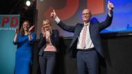 Wer hätte es ihnen zugetraut? Peter Tschentscher lässt sich von SPD-Landeschefin Melanie Leonhard (links) und seiner Frau beklatschen.