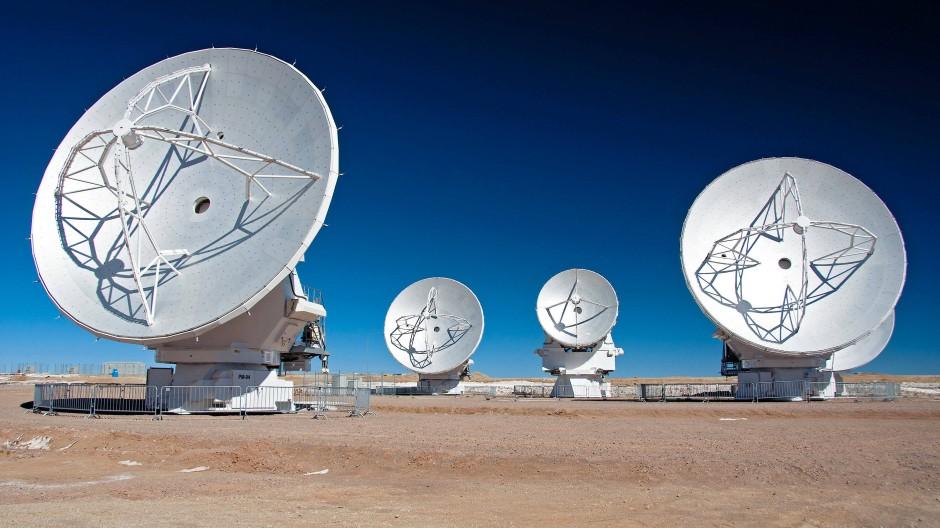 Das Alma Interferometer in der chilenischen Atacama-Wüste ist ein Zusammenschluss von 66 Einzelteleskopen.