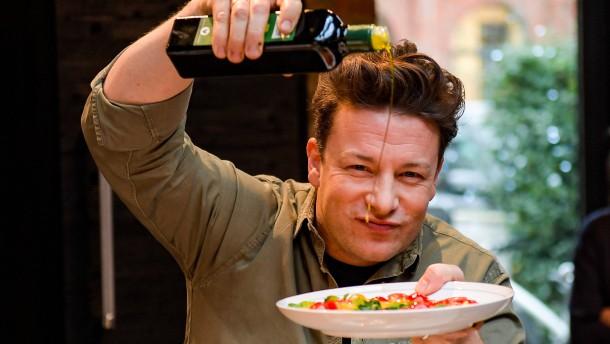 Kochkünstler Jamie Oliver hat sich die Finger verbrannt