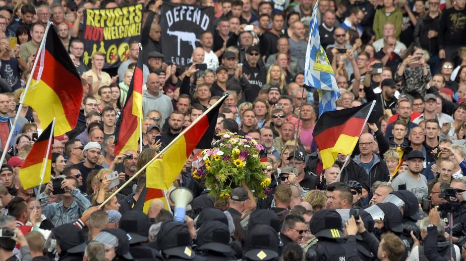 Rechte Demonstranten bei den Protesten in Chemnitz am Montag