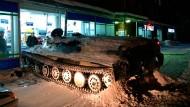 Teufel Alkohol: Mit diesem Panzer fuhr ein Betrunkener im Gebiet Murmansk in einen Supermarkt.