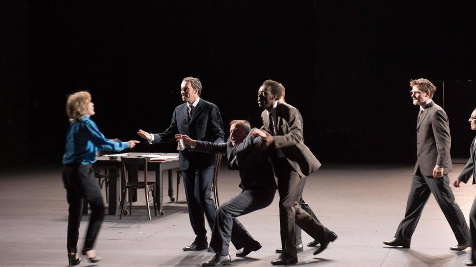 """In Frankreich scheint etwas aus den Fugen geraten, wie damals, am Vorabend der Revolution: Szene aus Joël Pommerats """"Ça ira (1) Fin de Louis"""""""