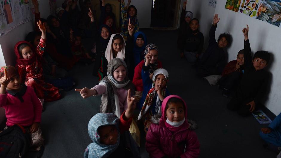 In einem Unicef-Projekt werden heimatvertriebene Kinder aus Afghanistan in Mazar-i-Scharif betreut.
