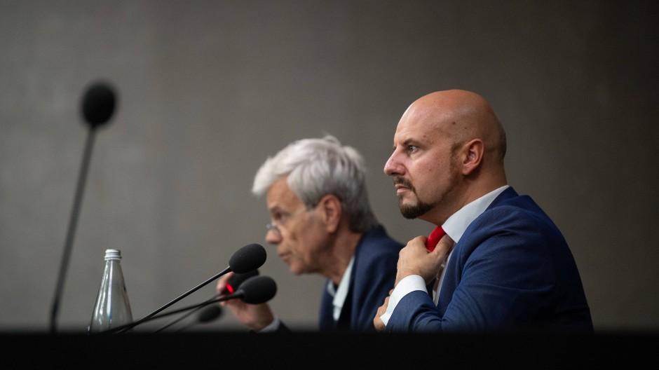 Wolfgang Gedeon (l, fraktionslos, AfD-Mitglied), und Stefan Räpple (AfD) nehmen am 22. Juli an einer Pressekonferenz teil.