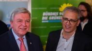 Volker Bouffier (links) und Tarek Al-Wazir einigen sich spät in der Nacht in Wiesbaden auf einen neuen Koalitionsvertrag.