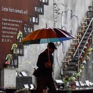 """""""Liebe hört niemals auf"""" steht an der Gedenkstätte für die Toten der Massenpanik bei der Loveparade."""