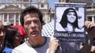 Pietro Orlandi, der Bruder der vermissten Emanuela Orlandi, hält 2012 auf dem Petersplatz in Vatikanstadt ein Foto seiner verschwundenen Schwester in den Händen.