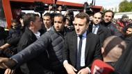 Alexandre Benalla (Mitte links), der mittlerweile entlassene Leibwächter des französischen Präsidenten, macht hier den Weg für seinen ehemaligen Chef Emmanuel Macron frei.