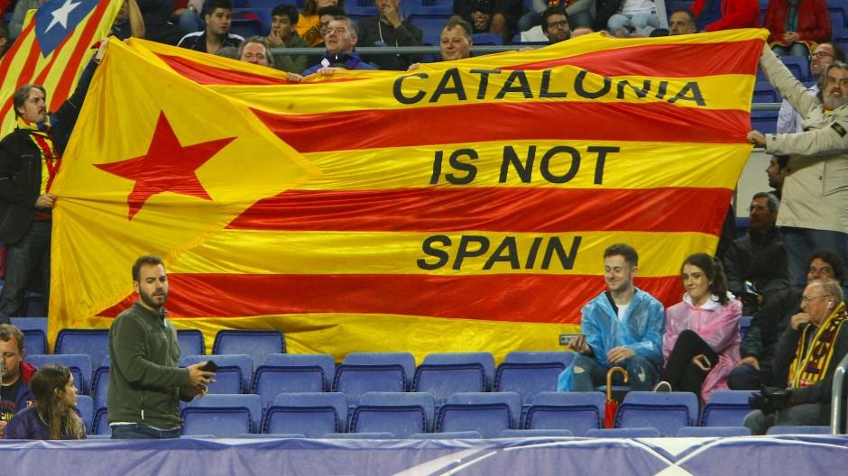 Fußball als Plattform: Barcelona-Fans demonstrieren auf der Champions-League-Bühne ihren Willen zur Unabhängigkeit.