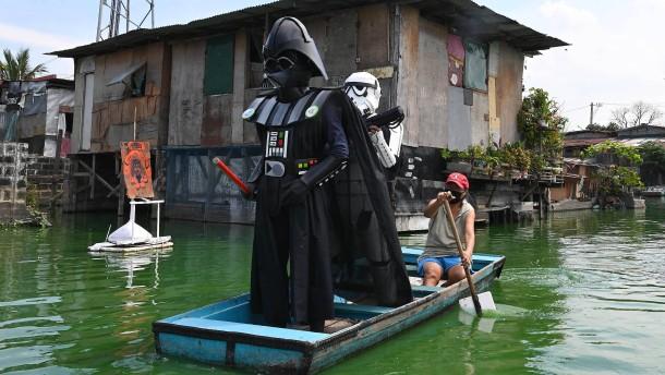 """Darth Vader"" überwacht Corona-Regeln in Manila"