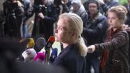 Nadja Niesen, Sprecherin der Staatsanwaltschaft Frankfurt, beantwortet am Dienstag vor dem Gerichtszentrum Fragen von Medienvertretern.
