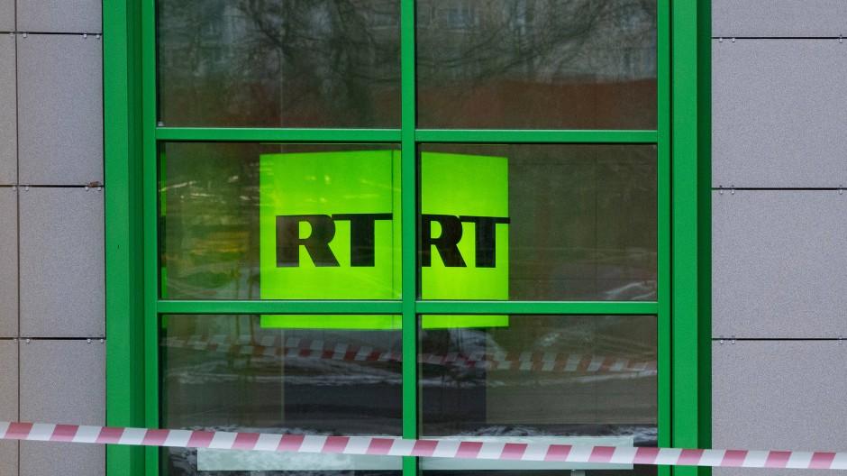 Logo des Senders RT in einem Fenster in Moskau