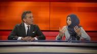 """Sitznachbarn bei """"Hart aber fair"""": Michel Friedman, Journalist und Moderator, mit Khola Maryam Hübsch, Journalistin und Buchautorin"""