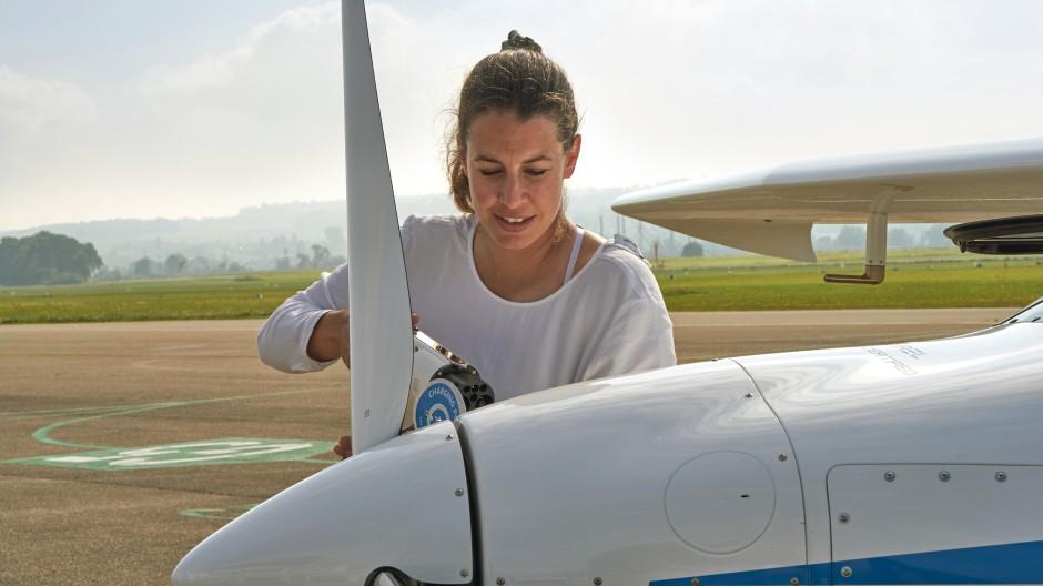 Fan des Elektroflugs: Die Physikerin und Skirennfahrerin Dominique Gisin während der Flugvorbereitung