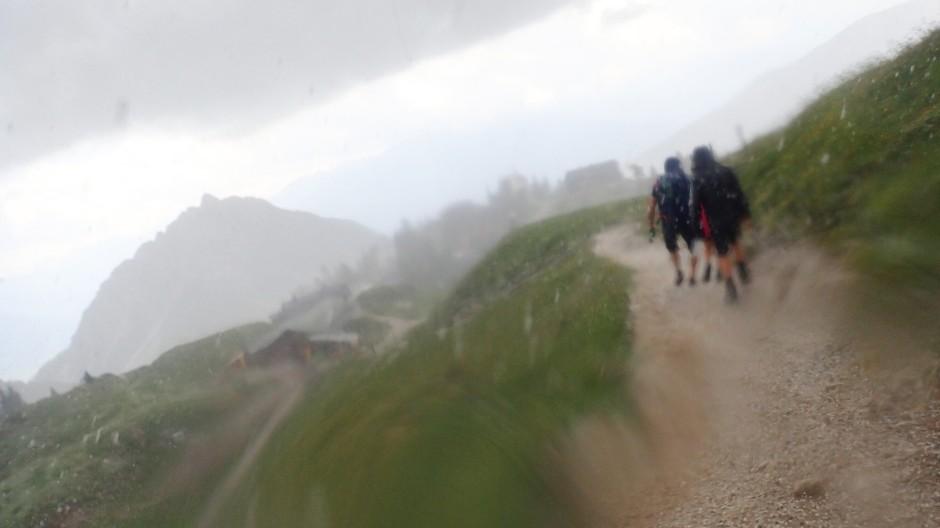 So sieht eine  verhagelte Wanderung  aus: Auf dem Weg vom  Gschöllkopf zur Erfurter Hütte, die man im Hintergrund erahnen kann. schlug innerhalb von Minuten das Wetter um.