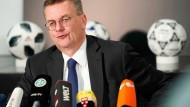 Vor dem Mikrophon oder dahinter? Der zurückgetretene DFB-Präsident Reinhard Grindel.