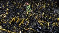 Kein Schrott: Ein Mechaniker der Verleihfirma Ofo mit kaputten Fahrrädern, die repariert werden müssen.