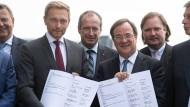 CDU und FDP unterschreiben Koalitionsvertrag in NRW