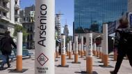 Uruguay versteht bei Alkohol und Tabak keinen Spaß und setzt auf drastische Warnhinweise - wie diese mannshohen Glimmstängel mit Totenkopf-Symbol in der Innenstadt von Montevideo.