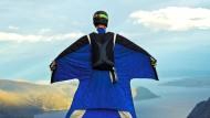 Nicht zur Nachahmung empfohlen: Ein Basejumper im Wingsuit vor seinem Sprung in die Tiefe. Ein bisschen wie ein Flughörnchen – nur schneller.