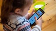 Nur nicht alleinlassen: Ein Handyverbot für Kinder führt am Ziel der Initiative vorbei.