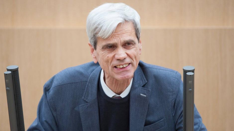 Der baden-württembergische AfD Politiker spricht bei einer Debatte im Plenarsaal.