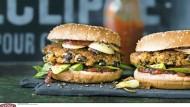 Ein veganer Mexicana-Burger mit Sojaschnitzel-Pattie