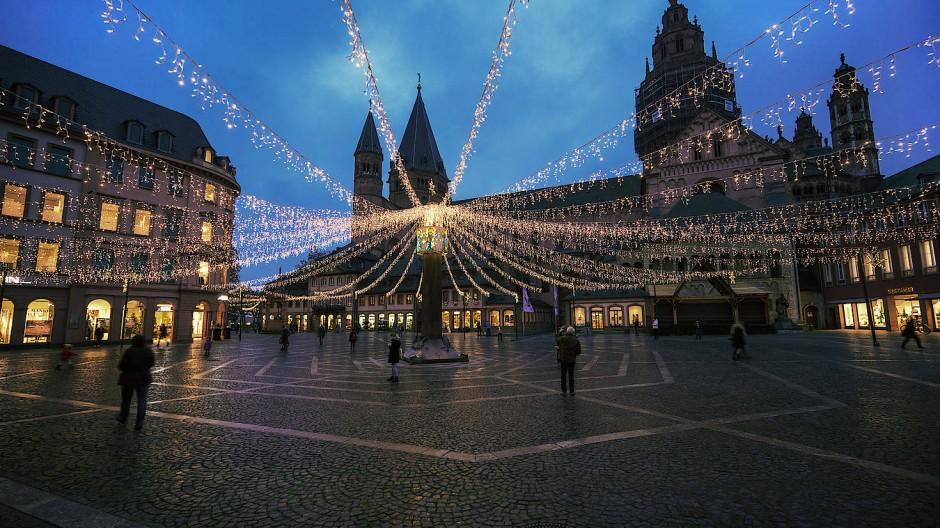 Ausgleich: Angesichts der abgesagten Weihnachtsmärkte sollen Lichter und Tannenbäume in Mainz etwas Weihnachtsstimmung aufkommen lassen.