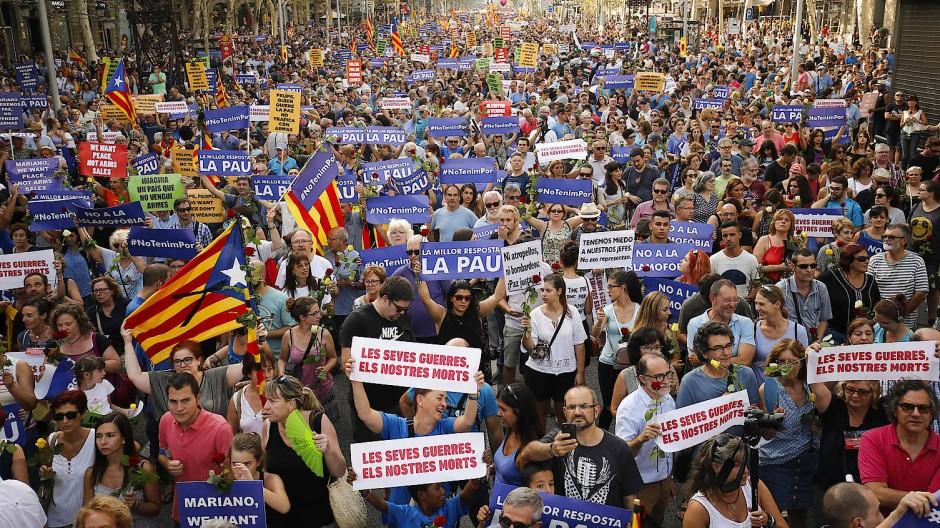 Katalanische Fahnen beim Marsch in Barcelona