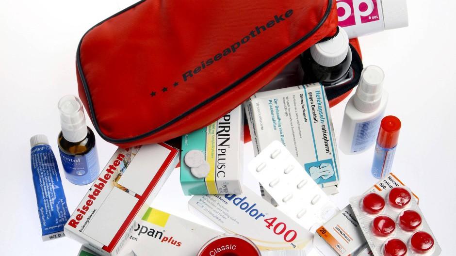Mittel gegen Husten und Heiserkeit, Schnupfen und Sonnenbrand und vor allem Verbandsmaterial gehören in die Reiseapotheke.