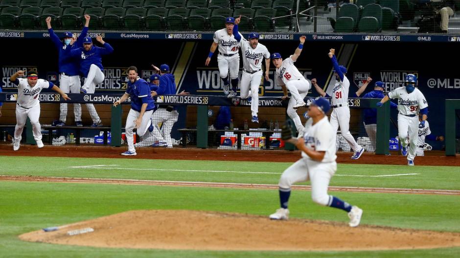 Die Dodgers jubeln und stürmen das Feld, als feststeht, dass sie den Titel gewonnen haben.