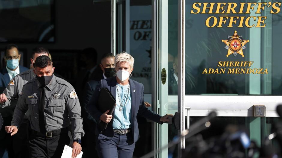 Mit ersten Erkenntnissen: Sheriff  Adan Mendoza und Staatsanwältin Mary Carmack-Altwies