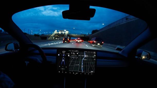 Sicherheitsexperten manipulieren Teslas Autopiloten