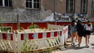 Absperrungen vor der maroden Außenfassade einer Schule in Berlin
