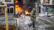 Brennende Autos nach den Ausschreitungen am Tag der Arbeit in Paris