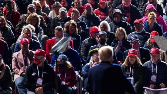Trump tritt vor dicht gedrängtem Publikum auf