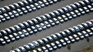 Nicht zugelassene Volkswagen stehen auf einem Parkplatz des noch nicht eröffneten Flughafens BER in Schönefeld bei Berlin.