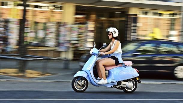 Vespa und BMW fahren davon
