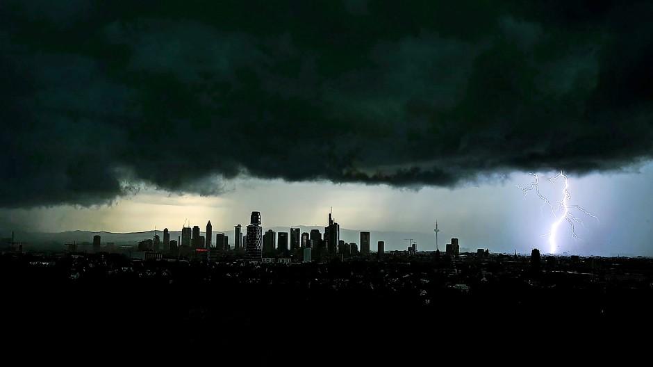 Gewitter sind faszinierend, aber auch unheimlich, wenn dichte Wolken den Himmel verdunkeln, wie hier am 29. Juni 2021 über der Frankfurter Innenstadt.