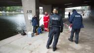 Polizisten suchen nach der Messerattacke in Hamburg nach Spuren.
