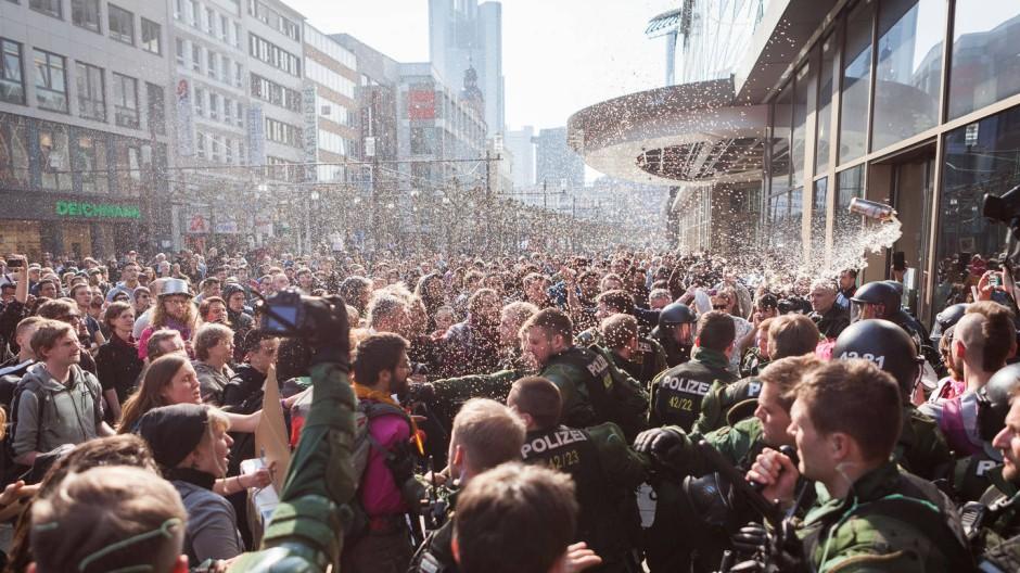 Auf der Frankfurter Zeil bedrängten Demonstranten mehrere Polizisten - und verletzten mindestens einen von ihnen.