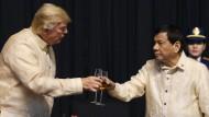 Prost! Donald Trump hofiert den philippinischen Präsidenten Rodrigo Duterte.