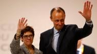 Nach der Wahl: Annegret Kramp-Karrenbauer und Friedrich Merz am 07. Dezember bei dem CDU-Parteitag in Hamburg.
