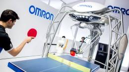 Tischtennisprofi Ovtcharov duelliert sich mit Roboter