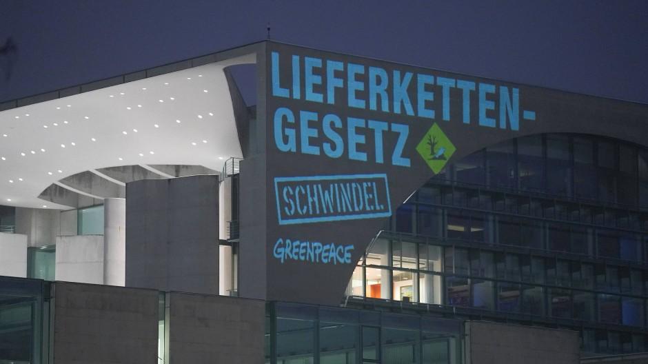 Bei einer Greenpeace-Aktion wird der Spruch «Lieferkettengesetz. Schwindel» an die Außenfassade des Bundeskanzleramts projiziert, 16. Februar 2021.