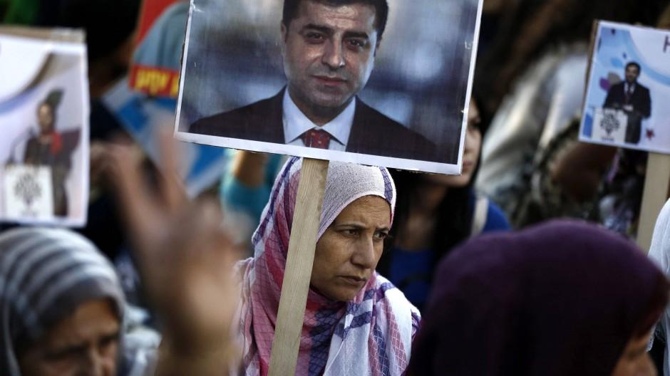 Kurdische Demonstranten (hier in Athen) halten Fotos der verhafteten HDP-Politiker.