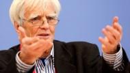 Hans-Christian Ströbele überbrachte den Snowden-Brief und lud in Berlin zur Pressekonferenz
