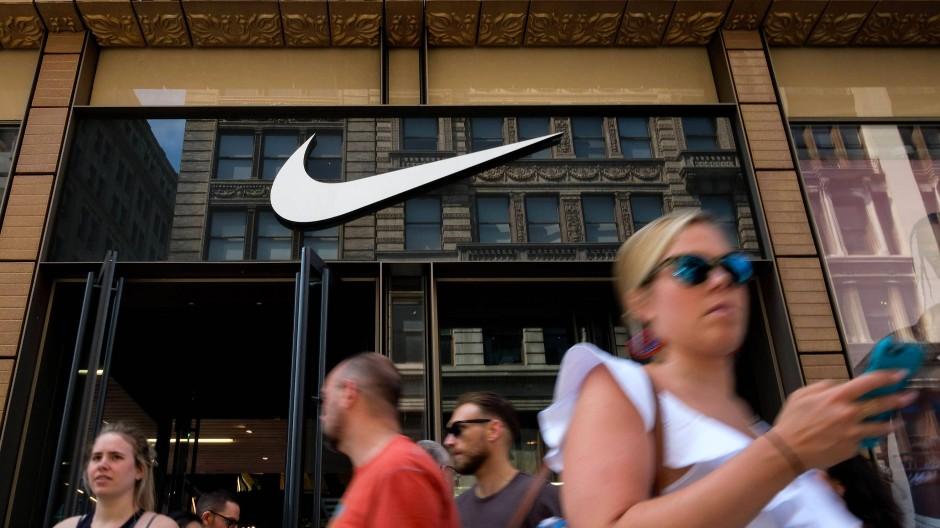 Die Erlöse von Nike stiegen im vierten Quartal bis Ende Mai um 5,3 Prozent auf rund 8,7 Milliarden Dollar.