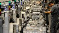 Mitarbeiter des Automobilherstellers Porsche arbeiten in der Motorenmontage im Werk der Porsche AG in Stuttgart an Motoren.