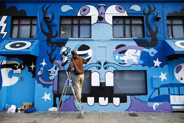 31. August 2014. Kunst am Haus. Im Londoner East End hatte Pete Fowler den Auftrag, eine Wand zu gestalten. Der Künstler ist bekannt für seine Buchcover, Skateboards oder Anzeigenkampagnen. Er gestaltet lieber die Dinge der Umgebung, als Kunst zu schaffen, die in Galerien hängt.